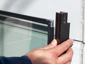 左右の枠をガラスにはめ込みます