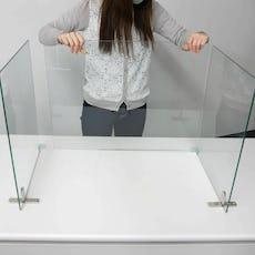 固定金具でガラスを1枚ずつ繋ぐ