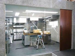 壁のようなガラスパーテーション例