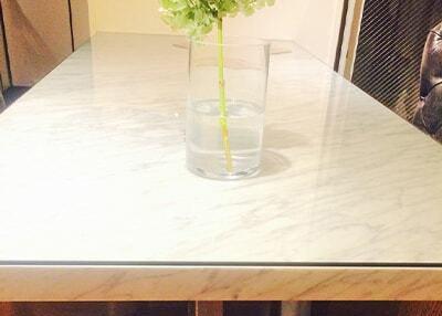 美しい白いテーブルに設置
